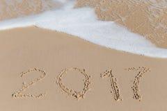Sinal novo de 2017 anos em uma areia da costa de mar Foto de Stock Royalty Free