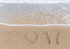 Sinal novo de 2017 anos em uma areia da costa de mar Imagens de Stock Royalty Free