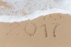 Sinal novo de 2017 anos em uma areia da costa de mar Fotografia de Stock Royalty Free