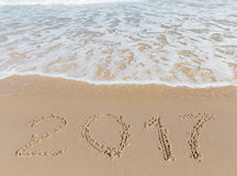 Sinal novo de 2017 anos em uma areia da costa de mar Imagens de Stock