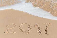 Sinal novo de 2017 anos em uma areia da costa de mar Fotografia de Stock