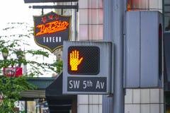 Sinal 5o avoirdupois de luz vermelha e de rua em Portland - PORTLAND - OREGON - 16 de abril de 2017 Imagem de Stock