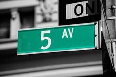 Sinal 5o avoirdupois New York Mahnattan da avenida de Fift Imagens de Stock Royalty Free