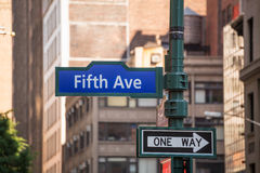 Sinal 5o avoirdupois New York Mahnattan da avenida de Fift Imagem de Stock