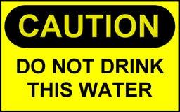 Sinal: O cuidado não bebe esta água Fotos de Stock