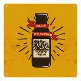 Sinal orgânico do leite cru do vintage no cartão amarelo, fundo Projeto clássico retro Ilustração do vetor ilustração royalty free