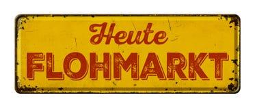 Sinal oxidado do metal do vintage - tradução alemão de venda de garagem Heute Flohmarkt imagens de stock royalty free