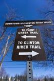 Sinal para fuga do rio da angra e do Clinton da pintura de Rochester do centro Michigan imagens de stock