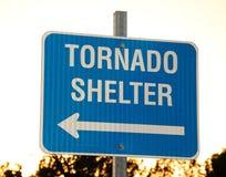 Sinal para um abrigo do furacão Fotos de Stock Royalty Free