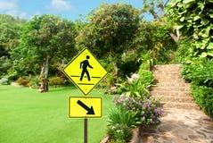 Sinal pedestre com uma pessoa que anda no amarelo Imagens de Stock Royalty Free