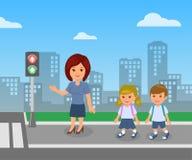 Sinal pedestre O professor mostra e explica as regras de segurança rodoviária para os alunos das crianças Imagens de Stock