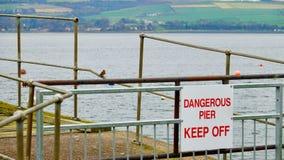 Sinal perigoso de Pier Keep Off foto de stock