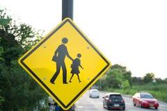 Sinal perto da espera da escola para a cruz da criança a estrada Foto de Stock Royalty Free