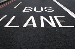 Sinal pintado da faixa do autocarro na estrada Foto de Stock
