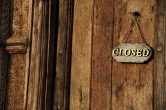 Sinal próximo em uma porta de madeira Fotografia de Stock