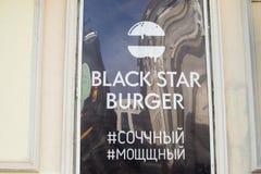 Sinal preto do logotipo do hamburguer da estrela do fast food da rua Cadeia alimentar de fast food do russo por Timati fotografia de stock royalty free