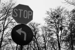 Sinal preto e branco da parada e sinal esquerdo Fotografia de Stock