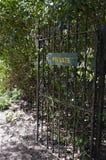 Sinal privado em uma porta ornamentado do ferro Foto de Stock