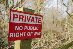 Sinal privado recentemente erigido visto na beira do terreno público em uma floresta fotos de stock