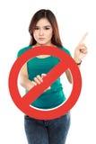 Sinal proibido terra arrendada da jovem mulher Foto de Stock Royalty Free
