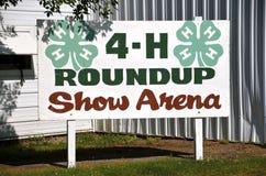 Sinal que anuncia a arena da mostra 4-H em uma feira de condado Foto de Stock Royalty Free
