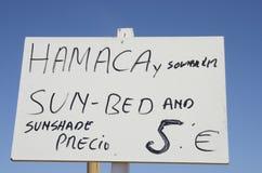 Sinal que anuncia a máscara do sol e a cama do sol Foto de Stock Royalty Free