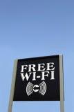 Sinal que anuncia Wi-Fi livre contra o céu azul Fotografia de Stock