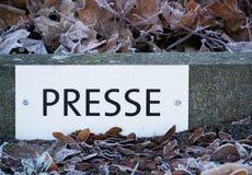 Sinal que diz o ` da imprensa do ` em um parque de estacionamento em um local de encontro Imagens de Stock Royalty Free
