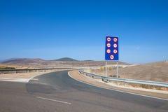 Sinal que indica veículos proibidos na estrada Imagens de Stock Royalty Free