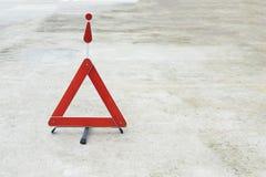 Sinal quebrado do carro em uma estrada Imagens de Stock
