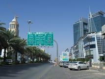 Sinal redistribuindo imperativo na rua de Tahlia em Riyadh imagens de stock
