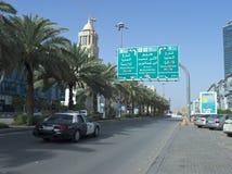Sinal redistribuindo imperativo na rua de Tahlia em Riyadh fotografia de stock royalty free