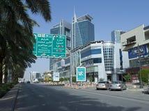 Sinal redistribuindo imperativo na rua de Tahlia em Riyadh fotografia de stock