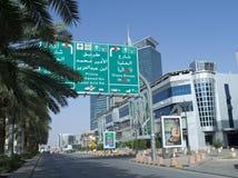 Sinal redistribuindo imperativo na rua de Tahlia em Riyadh fotos de stock royalty free