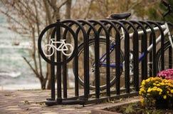 Sinal redondo com uma bicicleta branca foto de stock