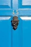 Sinal reflexivo do número 45 da porta com aldrava de porta Imagem de Stock