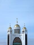 Sinal religioso dourado no céu azul, nuvens Fotos de Stock Royalty Free