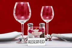 Sinal Reserved em uma tabela do restaurante Imagens de Stock Royalty Free