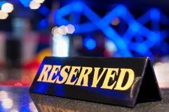 Sinal Reserved em uma tabela do restaurante Foto de Stock Royalty Free