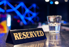 Sinal Reserved em uma tabela do restaurante Foto de Stock