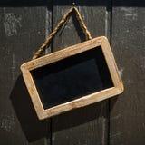Sinal retangular da loja do quadro-negro com quadro de madeira em um Wal de madeira fotografia de stock royalty free