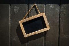 Sinal retangular da loja do quadro-negro com quadro de madeira em um Wal de madeira imagens de stock