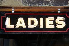 Sinal retro da iluminação das senhoras velho Imagem de Stock
