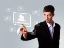Sinal social da rede da pressão de mão do homem de negócios foto de stock