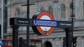 Sinal subterrâneo de Londres no circo de Piccadilly - LONDRES - INGLATERRA - 5 de setembro de 2017 vídeos de arquivo