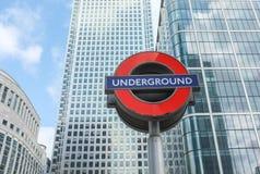 Sinal subterrâneo do tubo de Londres e arquitetura moderna Imagem de Stock Royalty Free