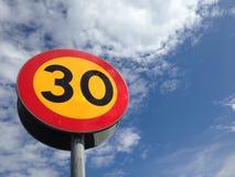 Sinal sueco do limite de velocidade 30 quilômetros pela hora Fotos de Stock