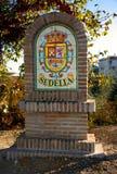 Sinal telhado colorido, dando boas-vindas a lhe à vila espanhola de Sedella Imagens de Stock