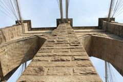 Sinal, tijolos, perto da ponte de Brooklyn Vista a partir de baixo fotografia de stock