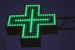Sinal transversal verde de néon Fotografia de Stock Royalty Free